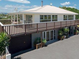 Cozy 2 bedroom Raglan Condo with Housekeeping Included - Raglan vacation rentals