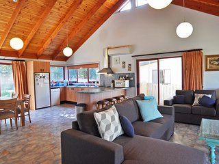 BEILBY BEACH COTTAGE - PET FRIENDLY, FREE WIFI & FOXTEL INCLUDED! - Inverloch vacation rentals