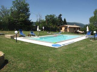 Incantevole villa con piscina e vista Appennini - Pievebovigliana vacation rentals