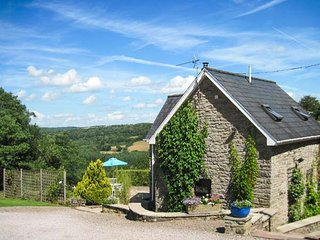 ROBIN'S BARN, spiral staircase, pet-friendly, use of tennis court, Penallt, Ref 937720 - Penallt vacation rentals