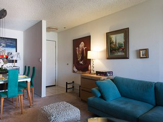 3 mins walk to Cedar Sinai, Beverly Center + more - West Hollywood vacation rentals