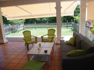 Appartement EZANA rez de jardin calme avec piscine - Saint-François vacation rentals