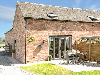 CHERRY TREE BARN, romantic retreat, en-suite, off road parking, pub 10 mins walk, Shawbury, Shrewsbury, Ref 937304 - Shrewsbury vacation rentals