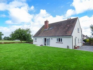 LEAHAY, lawned garden, pet-friendly, ground floor bedrooms, short walk to pub, Matlock, Ref 937824 - Matlock vacation rentals