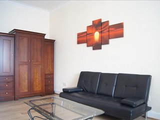 Comfortable 1 bedroom Dumbarton Apartment with Television - Dumbarton vacation rentals