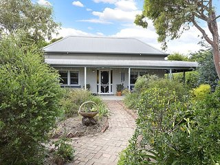 Gorgeous 4 bedroom Cottage in Albury with Television - Albury vacation rentals