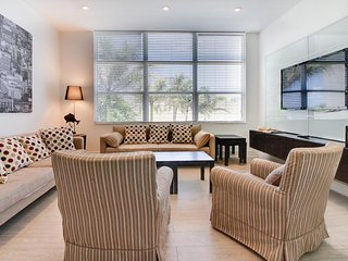 Spacious metropolitan condo w/ beach access, shared pool - Hollywood vacation rentals