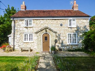 WEIRSIDE COTTAGE, close to coast, superb accommodation, stream in garden in Brighstone, Ref 21801 - Brighstone vacation rentals
