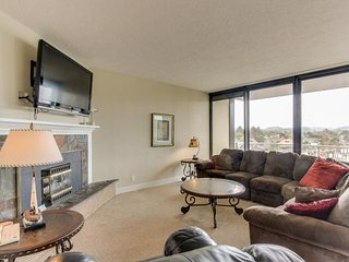 Mountain and ocean views, fireplace, shared pool/sauna! - Seaside vacation rentals