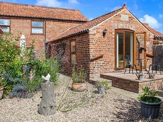 CLAIRE'S COTTAGE, pet-friendly, private patio with furniture and BBQ, rural countryside location, Louth, Ref 22388 - Louth vacation rentals