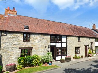 WEST END BARN, barn conversion, with WiFi and open fire, pet-friendly, Evesham, Ref 935301 - Evesham vacation rentals