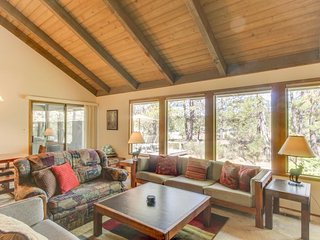 Lovely home w/ private hot tub & SHARC passes - great location! - Sunriver vacation rentals