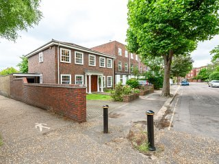 5 bedroom detached London House WIFI, PARKING, 7 MINS WALK TO TUBE CENTRAL (ALL NIGHT) AND DISTRICT. - LONDON 5 BEDROOM HOUSE! TUBE/WIFI/GARDEN/PARKING - London - rentals