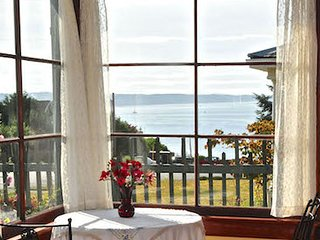 GREAT VIEW !!! Watch the boats and ferries sail by.... Walk Everywhere. - Port Townsend vacation rentals