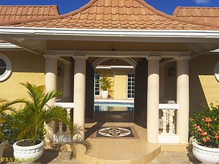 Spacious 5 bedroom Tower Isle Villa with Television - Tower Isle vacation rentals