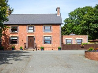 TY NEWYDD, detached, private indoor pool, games room, extensive gardens - Llangadfan vacation rentals