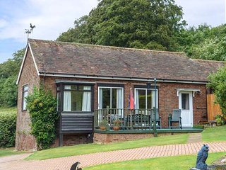 MONKS COTTAGE, detached bungalow with decked garden and off road parking, Faversham, Ref 941807 - Faversham vacation rentals