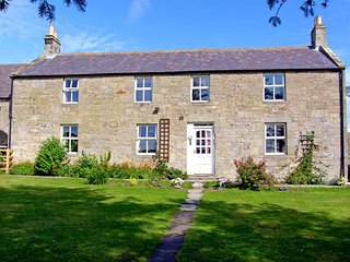 NORTH FIELD FARMHOUSE, pet-friendly, character holiday cottage, with a garden in Glanton, near Alnwick, Ref 943635 - Alnwick vacation rentals