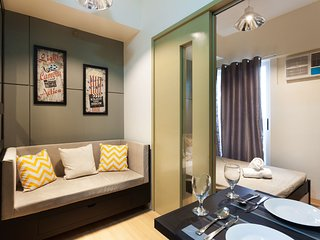 Classy 1-Bedroom with Balcony and WiFI - Makati vacation rentals