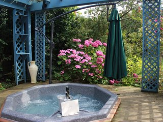 Beatifully refurbished 1 bed cottage in attractive gardens with hot tub. - North Somercotes vacation rentals