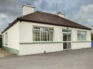 TEACH HANLEY, detached, two open fires, pet-friendly, enclosed courtyard, Ballina, Ref 933894 - Ballina vacation rentals