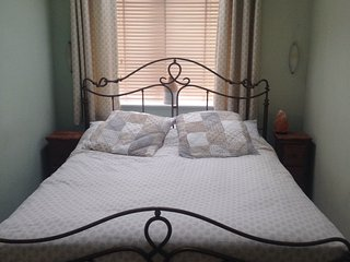 Large bedroom with ensuite and king sized bed - Crowmarsh Gifford vacation rentals