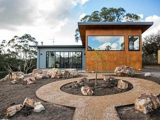 Vivere Retreat: 2 Bed Villa with Mountain Views - Neerim South vacation rentals