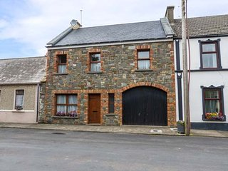 CARRIGAHOLT COTTAGE, open fire, mid-terrace, garden, pet-friendly, WiFi, in Carrigaholt, Ref 941776 - Carrigaholt vacation rentals