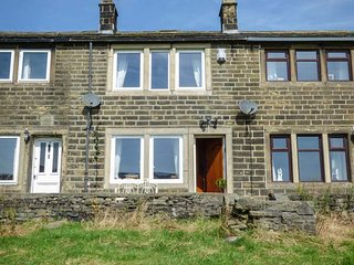 LEESHAW COTTAGE, multi-fuel stove, far-reaching countryside views, many walking and cycling routes, Haworth, Ref 941812 - Haworth vacation rentals