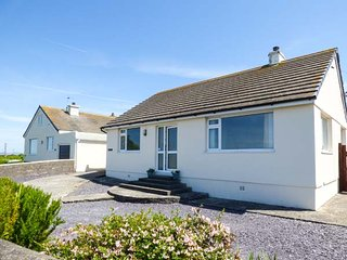 BRYN HAUL detached bungalow, pet-friendly, enclosed garden, close to beach, in Trearddur Bay, Ref 940441 - Trearddur Bay vacation rentals