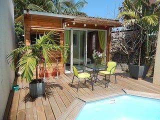 Chalet 2 personnes avec piscine - L'Etang-Sale vacation rentals