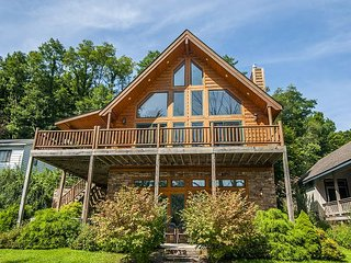 Magnificent 4 Bedroom Lakefront Home offers all the extras & more! - McHenry vacation rentals