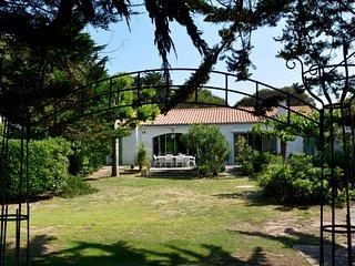 Ravissante maison et sa plage à 20m - Sainte Marie de Re vacation rentals