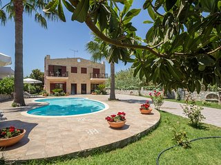 4 bdrm villa with pool, short walk to sandy beach - Gerani vacation rentals