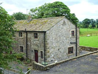 DALES VALLEY VIEW COTTAGE, semi-detached, pet-friendly, private garden, off road parking, Skipton, Ref 941301 - Hellifield vacation rentals