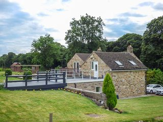 POACHER'S REST, romantic retreat, lawned garden and terrace, pet-friendly, in Rowsley, Matlock, Ref 941567 - Matlock vacation rentals