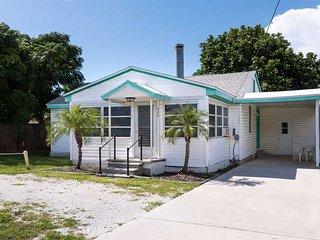 Albee Sunset Cottage, 2 Bedrooms, Pet Friendly, WiFi, Sleeps 8 - Nokomis vacation rentals