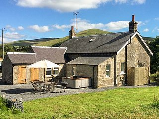 NETHERRAW, detached, woodburner, hot tub, dogs welcome, Newcastleton, Ref 13530 - Newcastleton vacation rentals