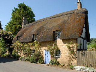 Pye Corner Cottage is a beautiful, grade II listed, thatched cottage - Broadway vacation rentals