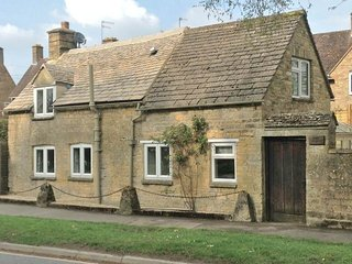 Bright Cottage with Internet Access and Television - Bourton-on-the-Water vacation rentals