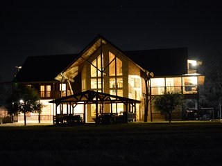 Nice Lodge with Internet Access and A/C - Quinlan vacation rentals