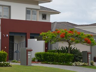Comfortable Condo with Washing Machine and Television - Hope Island vacation rentals