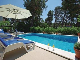 6 bedroom Villa in Makarska, Central Dalmatia, Croatia : ref 2044947 - Makarska vacation rentals