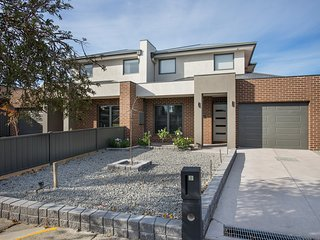 BRADFORD PLACE VILLAS - MELBOURNE Sleeps 10 - Tullamarine vacation rentals