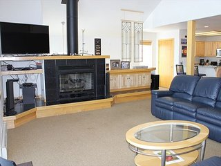 4 Bedroom 3 Level Duplex Sleeps 18 Private Hot Tub & Mountain Views. Internet - Silverthorne vacation rentals