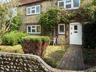 SEA PINKS, mid-terrace cottage, close to beach and amenities, with off road parking and WiFi in Selsey, Ref 936422 - Selsey vacation rentals