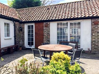 RAMBLER'S REST, all ground floor, en-suite, parking, in courtyard setting, near Bridlington, Ref 922233 - Bridlington vacation rentals