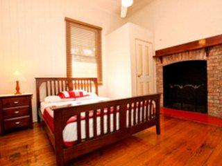 Bowen Terrace Accommodation - Queen Ensuite - Brisbane vacation rentals