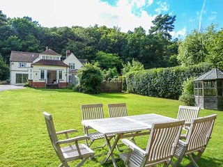 WOODHILL COTTAGE, open fire, lawned garden, WiFi, two sitting rooms, Holmbury St Mary, Ref 18712 - Holmbury Saint Mary vacation rentals