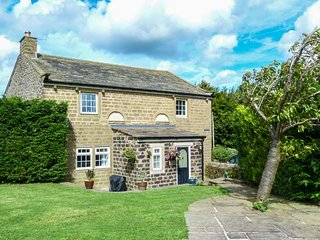 CHAPEL HOUSE, detached, stone-built cottage, woodburner, Sky TV, WiFi, in Cowling, Skipton, Ref 918855 - Skipton vacation rentals